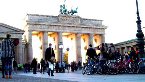 Radfahrergruppe vor dem Brandenburger Tor in Berlin