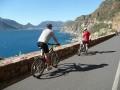zz-Radreisen-Africa-Bikers-Motiv-Radfahrerduo-am-Meer